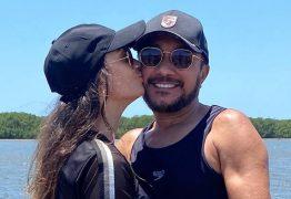 Após confirmar namoro, Samuka Duarte posta foto com a amada nas redes sociais: 'quando Deus age ninguém impede'.