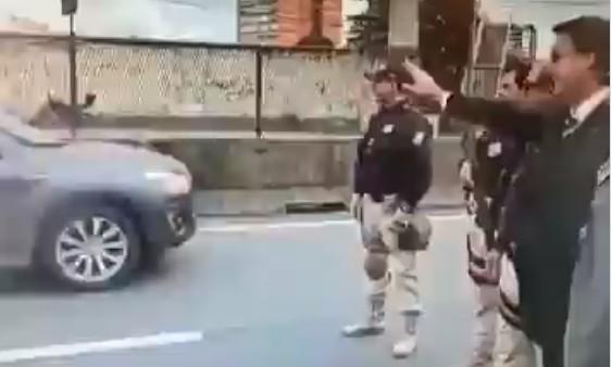 Capturar 16 - POPULARIDADE BAIXA: Motorista xinga Bolsonaro enquanto passa de carro pelo presidente - VEJA VÍDEO