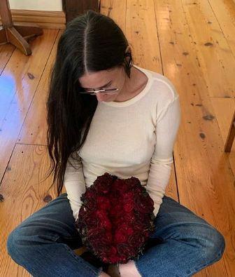 Capturar 21 - Atriz recebe buquê de rosas em formato de vagina