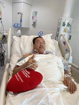 ElCkkmLVkAAj6OK - Arnold Schwarzenegger tranquiliza fãs após cirurgia no coração