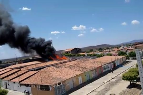 Incêndio atinge prédio da prefeitura de município na Paraíba 600x400 1 - Incêndio atinge prédio de prefeitura no Sertão da Paraíba, e deixa uma pessoa ferida