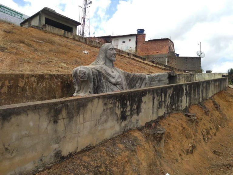 WhatsApp Image 2020 10 13 at 19.37.58 768x576 1 - Cabo eleitoral destrói escultura de Jesus após oposição anunciar a sua restauração