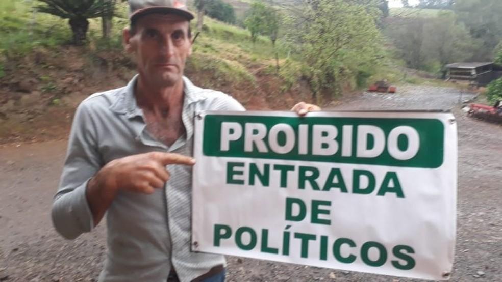 adair jorge dill fez uma placa em protesto para proibir entrada de candidatos na propriedade - Agricultor instala placa em protesto para proibir entrada de políticos em propriedade