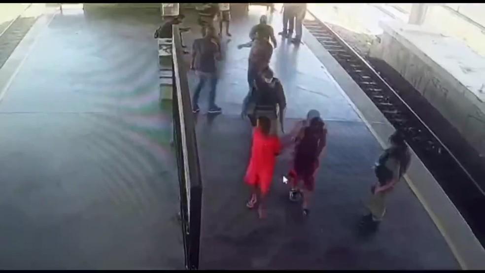 frame 00 02 03.930 1  - Homens são presos em flagrante por tráfico de maconha dentro de estação do metrô