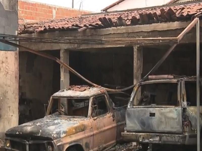 incendio carros - Incêndio atinge três veículos e parte de uma casa em Campina Grande