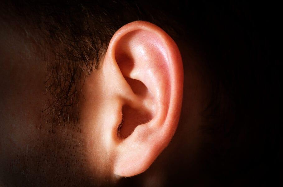 ouvido - Homem tem perda auditiva repentina causada pela Covid-19