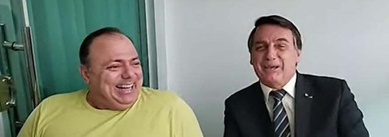 """pazuello e bolsonaro - """"UM MANDA E O OUTRO OBEDECE"""": Após crise, Pazuello aparece em vídeo rindo ao lado de Bolsonaro"""