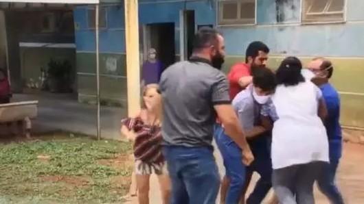 reporter agredido globo minas gerais 1 - Repórter da Globo é agredido durante cobertura de campanha eleitoral; VEJA VÍDEO