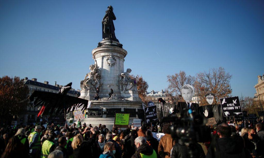 2020 11 28t131637z 437693611 rc2dck9saawc rtrmadp 3 france security protests 1024x613 - Polícia atira gás lacrimogêneo em protesto em Paris