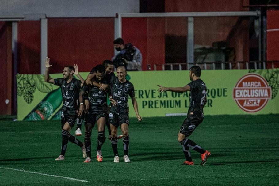 20201116215956 703 - Botafogo-PB deixa a zona de rebaixamento ao vencer Vila Nova