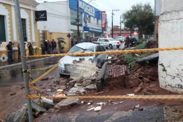 ACIDENTE - Muro desaba durante forte chuva, mata mãe e deixa filha ferida- VEJA VÍDEO