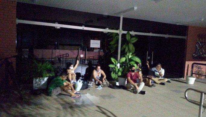 Alunos acorrentados 683x388 1 - 24 HORAS! Polícia Federal dá prazo para estudantes desocuparem reitoria da UFPB