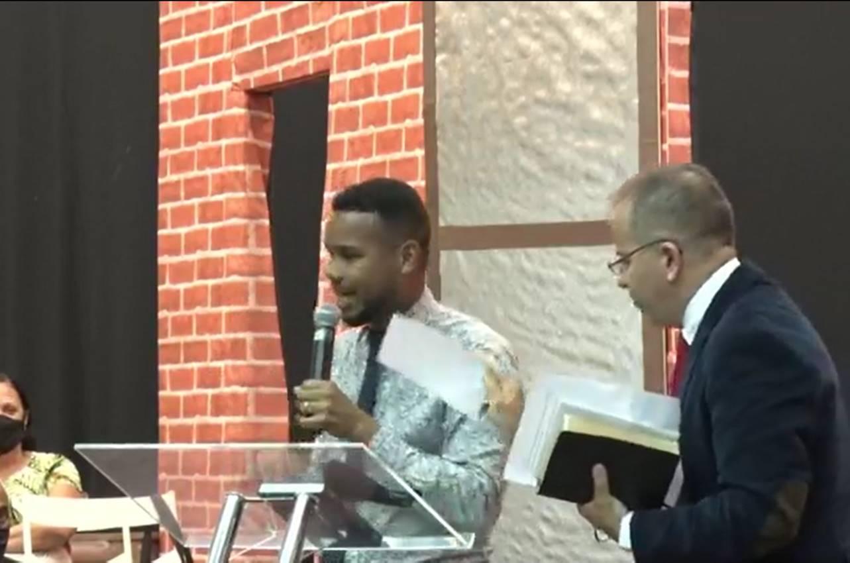 Cantor gospel Abraao Oliveira - Pastor humilha cantor gospel durante congresso: 'Acabou pra você, garoto'; VEJA VÍDEO