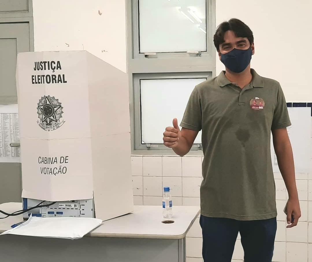 adac50a0 ca4a 4052 9cd6 87b5cdece77c - Candidato Rafael Freire vota ao lado de companheira no bairro dos Bancários