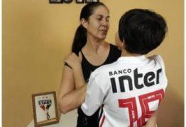 Filho de Eliza Samudio e Bruno, joga como goleiro em escolinha