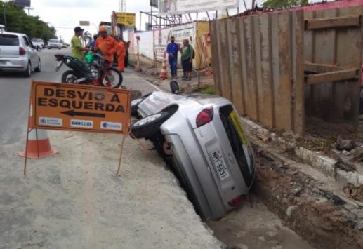 carro vala - Carro cai em vala de obras em avenida de João Pessoa