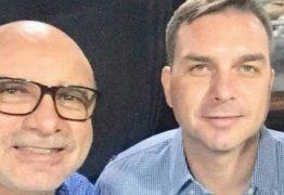 """Queiroz admite que houve """"rachadinha"""", mas tenta livrar Flávio Bolsonaro"""