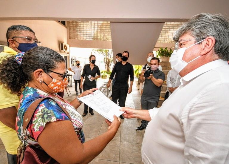 f2bb48a3 17a1 42ad 8b68 077a03b8bbc1 - João Azevêdo entrega escrituras de imóveis a famílias do conjunto Colinas do Sul em João Pessoa