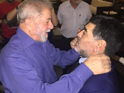 maradona 4 - Na política, Maradona sempre defendeu governos de esquerda e movimentos sociais