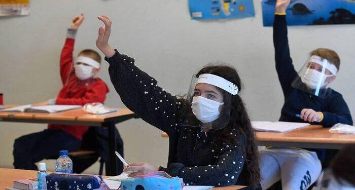 volta as aulas aluno mascara 700x375 1 - Mesmo com pandemia escola de João Pessoa consegue liminar e reabre as portas