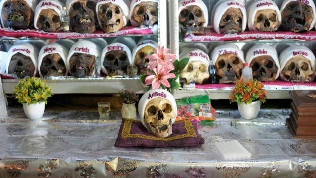 xblog skulls.jpg.pagespeed.ic .0d05dN kNR - Caveiras são enfeitadas com toucas e cigarros para festa religiosa na Bolívia