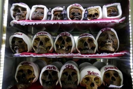 xblog skulls 5.jpg.pagespeed.ic .Px2 Cdnd1C - Caveiras são enfeitadas com toucas e cigarros para festa religiosa na Bolívia