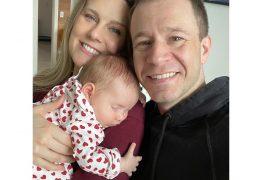 """Tiago Leifert e esposa mostram rosto de filha pela primeira vez: """"O Natal mais especial de nossas vidas!"""""""