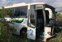 Ônibus de turistas que seguia para Pipa bate em caminhão na BR-230 em João Pessoa