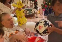 Silvio Santos é filmado em raro momento com netos na ceia de Natal; VEJA VÍDEO