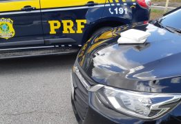 Homem tenta fugir da PRF, arremessa 2 kg de cocaína da janela do carro e acaba preso