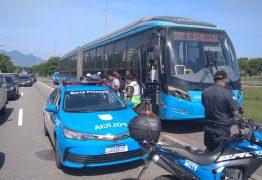 Passageiro é preso após se revoltar e assumir direção de ônibus do BRT