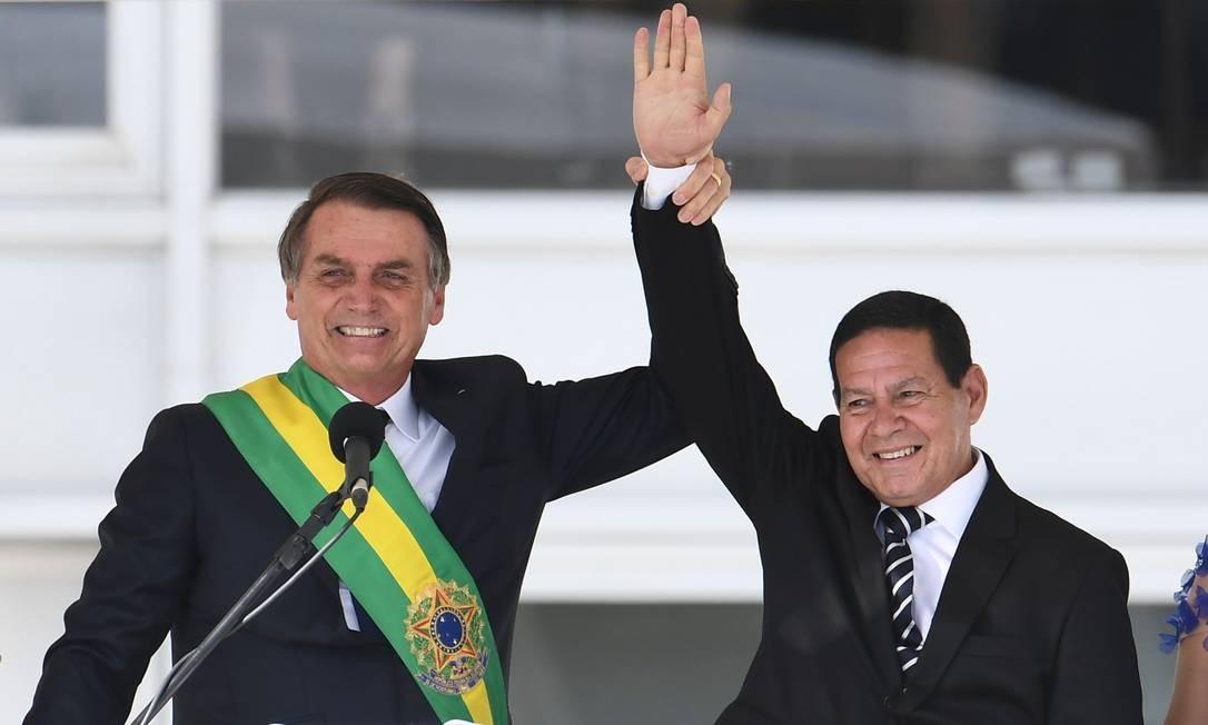 """80469877 Brazils new President Jair Bolsonaro L and Brazils new Vice President Hamilton Mourao - """"REPÚBLICA DE BANANA"""": Ao contrário de Bolsonaro, Mourão garante que terá eleições em 2022 mesmo sem a possibilidade de voto impresso"""