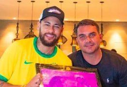 """Fãs """"cancelam"""" Neymar após foto com Flávio Bolsonaro no Rio"""