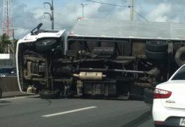 Tombamento de caminhão deixa BR-230 interditada, em João Pessoa