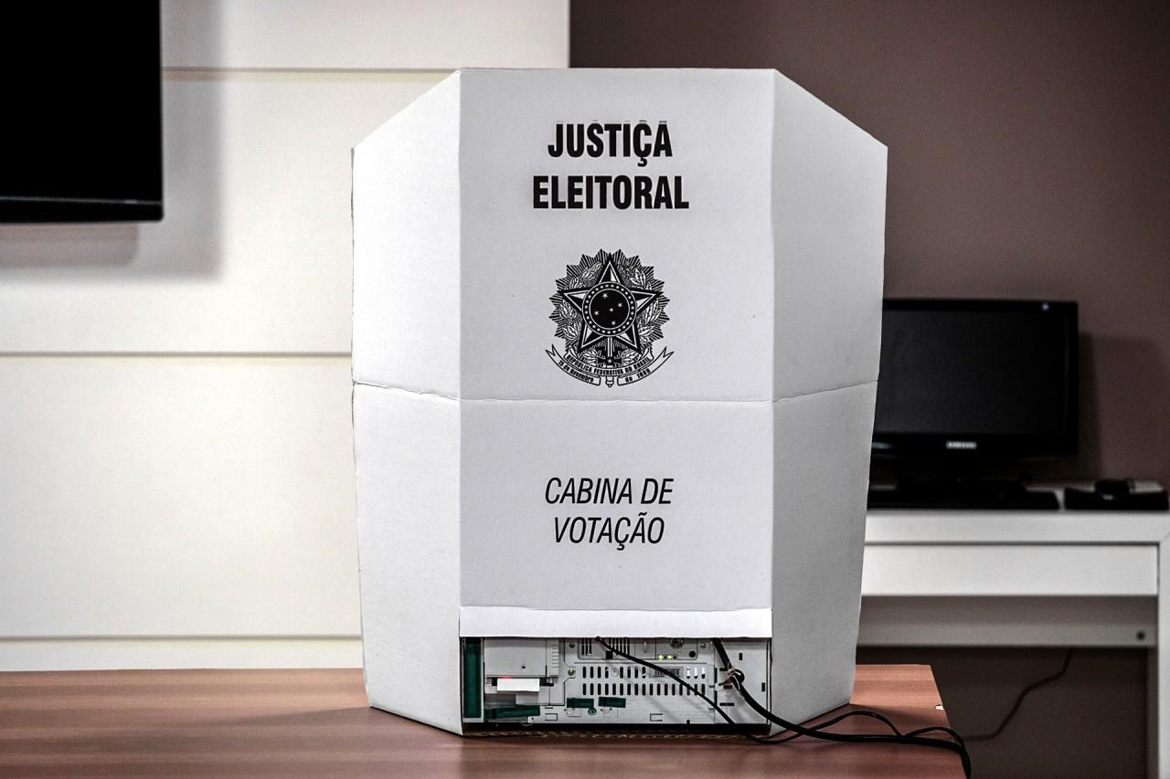 cabina votação - APÓS FIM DO PRAZO: Mais de 208 mil eleitores ainda não justificaram ausência no 1º turno das eleições na PB - VEJA DADOS