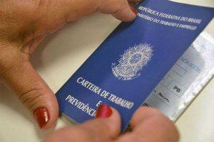 emprego carteira1802 300x200 - Com a pandemia, 377 brasileiros perderam o emprego por hora