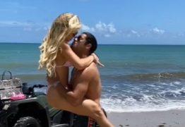 Hulk Paraíba se declara para a mulher durante férias em praia paradisíaca