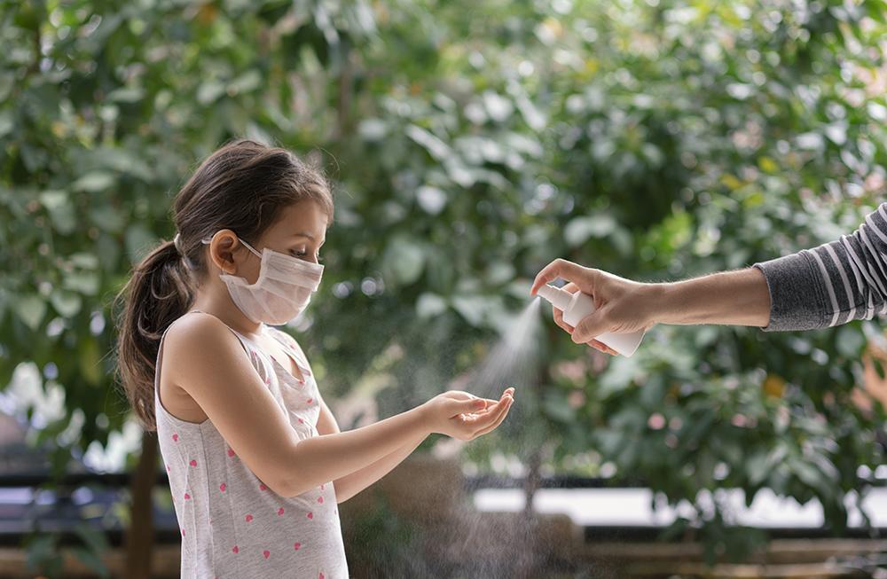 oms crianca mascara coronavirus 1 - COI ameaça punir quem não seguir os cuidados de prevenção à Covid-19