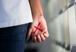 CÁRCERE PRIVADO: Mulher desenha X na palma da mão em supermercado e marido é preso em flagrante