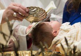 Bebê de seis semanas morre durante batismo após ser mergulhado três vezes em água benta