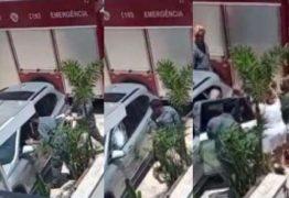 Bombeiros quebram vidro para resgatar bebê preso em carro blindado – VEJA VÍDEO