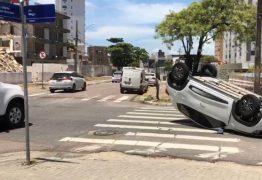 ACIDENTE EM JP: Carro capota em cruzamento após sofrer colisão