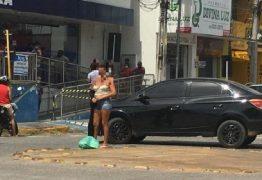 EM CAJAZEIRAS: Mulher fica pelada em frete a Caixa Econômica e grita em forma de protesto