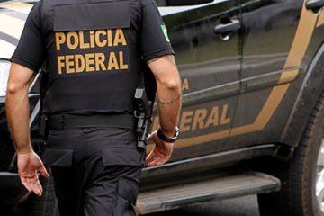 agente da policia federal durante operacao 5614465de829868adca67eb693beaf2d 360x240 - Polícia Federal investiga fraude na aquisição de medicamentos de alto custo e cumpre 15 mandados em cinco estados