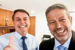 lira e bolsonaro 300x200 - Arthur Lira responde sobre impeachment de Bolsonaro e cai em contradição - Por Samuel de Brito