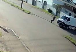 Flagra impressionante: motociclista salta da moto e cai em pé após acidente