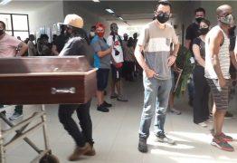 TRISTEZA E DESESPERO: Famílias se aglomeram à espera de caixões de parentes vítimas da Covid-19 em cemitério