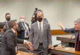 """'PAZ E TRANQUILIDADE'! Deputados do PT e PSL trocam xingamentos em sessão da Câmara: """"genocida"""" e """"vagabundo"""" – VEJA VÍDEO"""