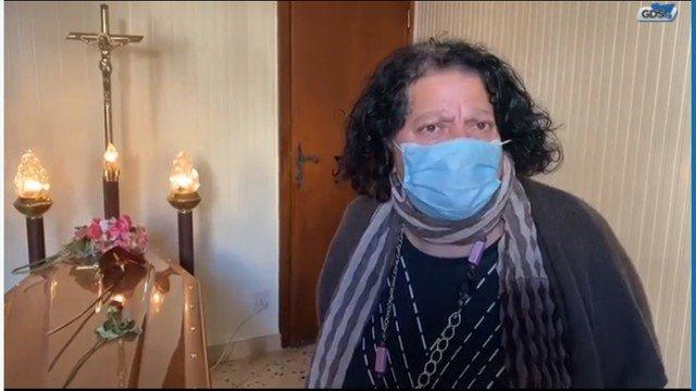xgiusy.png.pagespeed.ic .qqNlVTHkL  - Mulher mantém corpo da mãe em casa há duas semanas por cemitério não ter lugar
