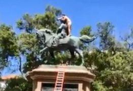Homem sobe nu em estátua e diz que só sairá de lá vacinado – VEJA VÍDEO
